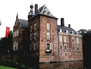 Donjon en IJsselvleugel van kasteel Keppel, anno 2000.