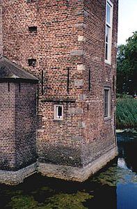 Middeleeuws muurwerk van de grote toren van Huis Ruurlo, anno 2001.