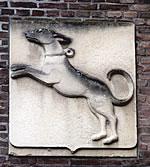Zandstenen wapen van Ruurlo bij de ingang van het kasteel.